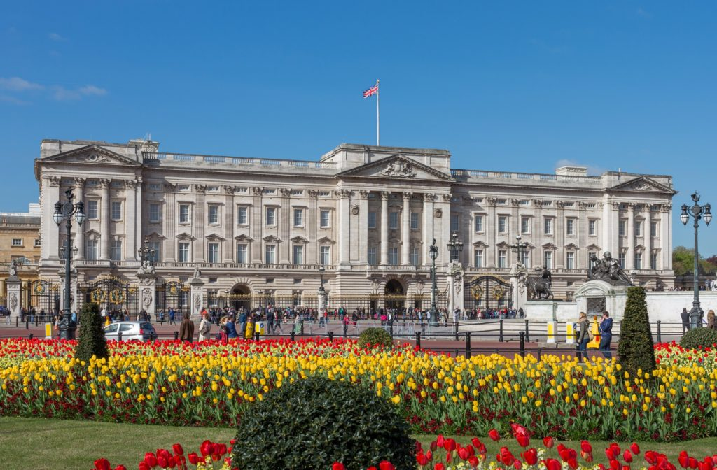 Buckingham_Palace_from_gardens,_London,_UK_-_Diliff_(cropped)