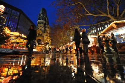 Der Weihnachtsmarkt rund um die Gedächtniskirche in Berlin ist am Montag (23.11.2009) festlich beleuchtet. Vom Montag (23.11.2009) an bis in den Januar 2010 hinein haben zahlreiche Weihnachtsmärkte in der Hauptstadt für Besucher geöffnet. Foto: Jens Kalaene dpa/lbn +++(c) dpa - Bildfunk+++